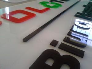 Litery i znaki z tworzyw sztucznych